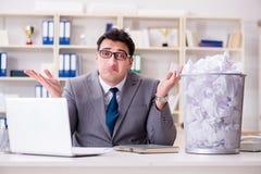 L'homme d'affaires dans le concept de réutilisation de papier dans le bureau Image libre de droits