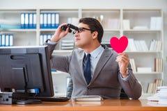 L'homme d'affaires dans le concept de valentine de saint dans le bureau Photos libres de droits