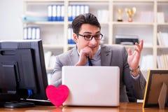 L'homme d'affaires dans le concept de valentine de saint dans le bureau Photographie stock libre de droits