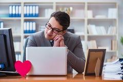 L'homme d'affaires dans le concept de valentine de saint dans le bureau Photos stock