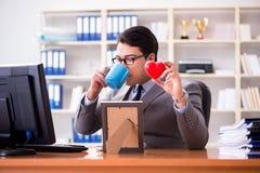 L'homme d'affaires dans le concept de valentine de saint dans le bureau Photo stock