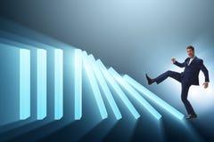 L'homme d'affaires dans le concept d'affaires d'effet de domino Image stock
