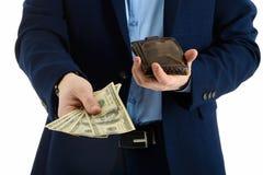 L'homme d'affaires dans le costume sort le dollar du portefeuille, main tenant l'argent liquide, plan rapproché Images libres de droits