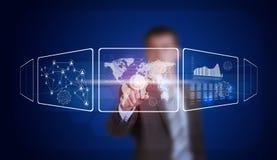 L'homme d'affaires dans le doigt de costume appuie sur le bouton virtuel Image libre de droits