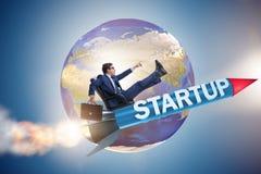 L'homme d'affaires dans le vol de démarrage de concept sur la fusée Image stock
