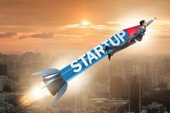 L'homme d'affaires dans le vol de démarrage de concept sur la fusée Images stock