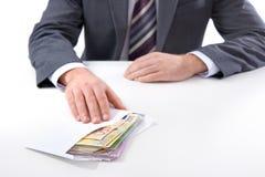 L'homme d'affaires dans un costume prend un paiement illicite Photo stock