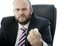 L'homme d'affaires de barbe chiffonnent la feuille de papier Photographie stock