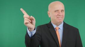 L'homme d'affaires de sourire Make No Hand fait des gestes le signe d'attention photos libres de droits