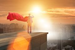 L'homme d'affaires de superhéros sur la construction prête pour le défi Photos libres de droits