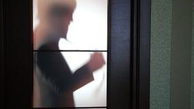 L'homme d'affaires debout en dehors de la porte, préparant pour entrer, s'est inquiété banque de vidéos
