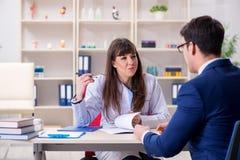 L'homme d'affaires discutant des problèmes de santé avec le docteur image stock