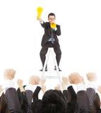 L'homme d'affaires enthousiaste encouragent avec le mégaphone d'acclamation à team Image libre de droits