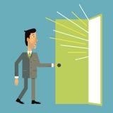 L'homme d'affaires entre dans la porte ouverte dont la lumière verse Images libres de droits