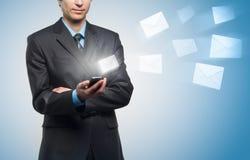 L'homme d'affaires envoie un message virtuel photo libre de droits