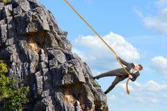 L'homme d'affaires escalade la montagne images stock