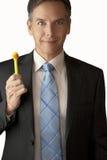 L'homme d'affaires espiègle retient le crayon lecteur de canard Photographie stock libre de droits