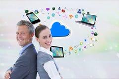 L'homme d'affaires et la femme d'affaires, de nouveau au dos, sourient sur le fond numérique d'icônes Photo stock