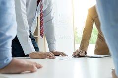 l'homme d'affaires et la femme d'affaires tiennent toute la main sur la table dans les affaires Photos libres de droits