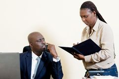 L'homme d'affaires et son secrétaire Photographie stock libre de droits