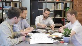 L'homme d'affaires explique ses collègues la conception dans le bureau clips vidéos