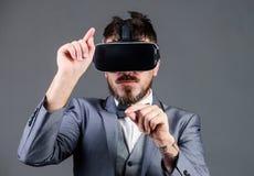 L'homme d'affaires explorent la r?alit? virtuelle Technologie pour des affaires Interaction ext?rieure de Digital R?alit? virtuel image libre de droits