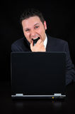 L'homme d'affaires fâché mord la souris Photos stock