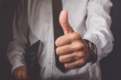 L'homme d'affaires faisant des gestes des pouces lèvent le signe Photos stock