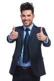 L'homme d'affaires faisant l'ok manie maladroitement vers le haut du geste Image libre de droits