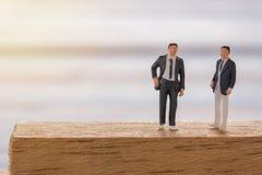 L'homme d'affaires figure la position sur le plancher et le negotiati d'affaires photo libre de droits