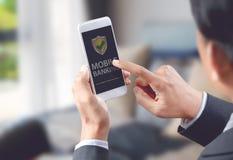 L'homme d'affaires font des opérations bancaires en ligne sur le mobile images stock