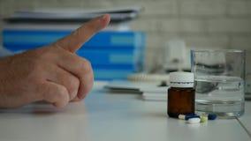L'homme d'affaires font ne refusent ? des gestes de main un aucun signe de doigt regardant aux pilules m?dicales banque de vidéos