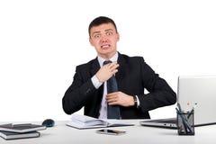 L'homme d'affaires frustrant crie et tire à son lien Photographie stock