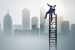 L'homme d'affaires glissant du haut de l'échelle Image libre de droits