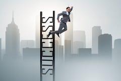 L'homme d'affaires glissant du haut de l'échelle Photos libres de droits