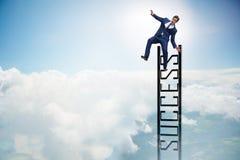 L'homme d'affaires glissant du haut de l'échelle Photo stock