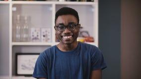 L'homme d'affaires heureux d'Afro-américain regarde l'appareil-photo Jeune type noir beau en verres souriant joyeux étudiant 4K banque de vidéos