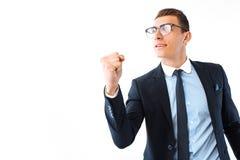 L'homme d'affaires heureux dans les verres et le costume montre un geste de succès photos stock