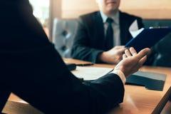 L'homme d'affaires interviewe un nouvel employé potentiel pour la société commerciale photographie stock