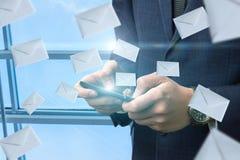 L'homme d'affaires investit l'envoi des lettres dans le réseau photos libres de droits