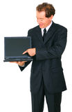 l'homme d'affaires a isolé le sourire aîné actuel d'ordinateur portatif Image libre de droits