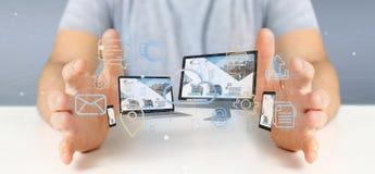 L'homme d'affaires jugeant des dispositifs a relié aux multimédia de nuage un Ne photographie stock libre de droits
