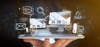 L'homme d'affaires jugeant des dispositifs a relié aux multimédia de nuage un Ne images stock