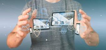 L'homme d'affaires jugeant des dispositifs a relié aux multimédia de nuage un Ne photographie stock