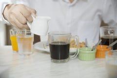 L'homme d'affaires mangent le petit déjeuner américain réglé dans un hôtel photographie stock