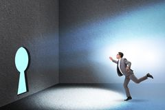 L'homme d'affaires marchant vers le trou de la serrure dans le concept de défi image stock