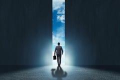 L'homme d'affaires marchant vers son ambition images libres de droits