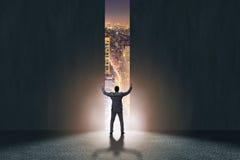 L'homme d'affaires marchant vers son ambition photos libres de droits
