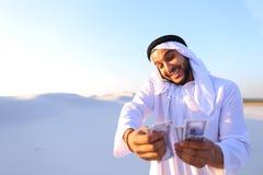 L'homme d'affaires masculin musulman parle au téléphone et partage des actualités avec des élém. Photos stock