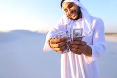 L'homme d'affaires masculin musulman parle au téléphone et partage des actualités avec des élém. Photos libres de droits